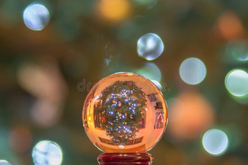 Kristallen bolbol met Kerstmis neer boom op kant stock afbeeldingen