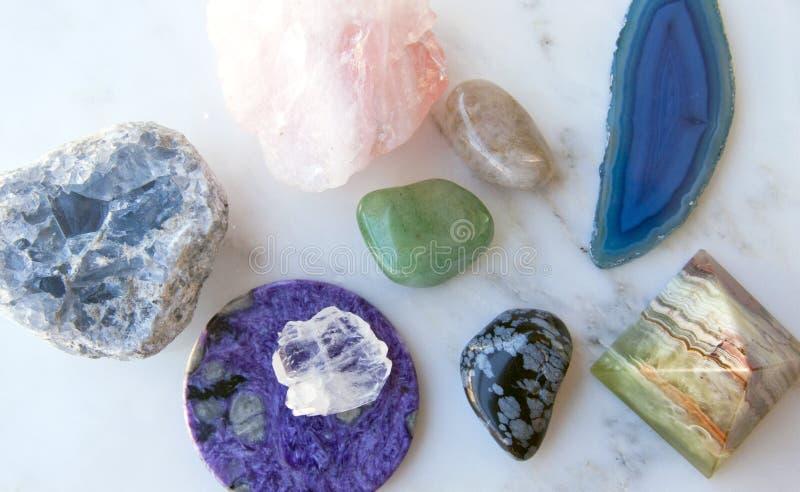 Kristallen en halfedelstenen op marmeren achtergrond stock foto
