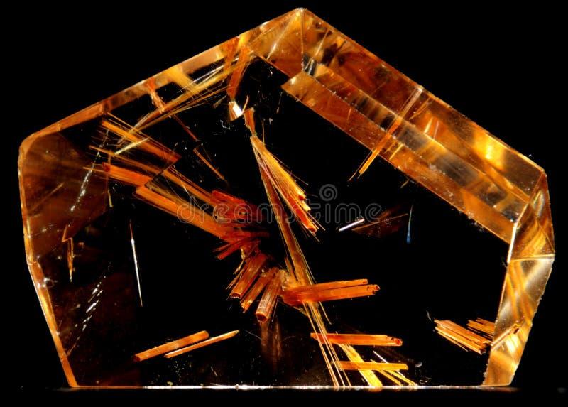 Kristallen van rutiel inbegrepen in een kwartskristal stock fotografie