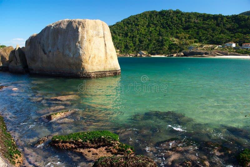Kristallener Seestrand in Niteroi, Rio de Janeiro lizenzfreies stockfoto