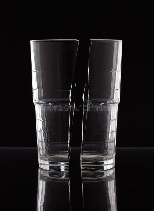 Kristallglas halbiert auf Schwarzem lizenzfreies stockbild