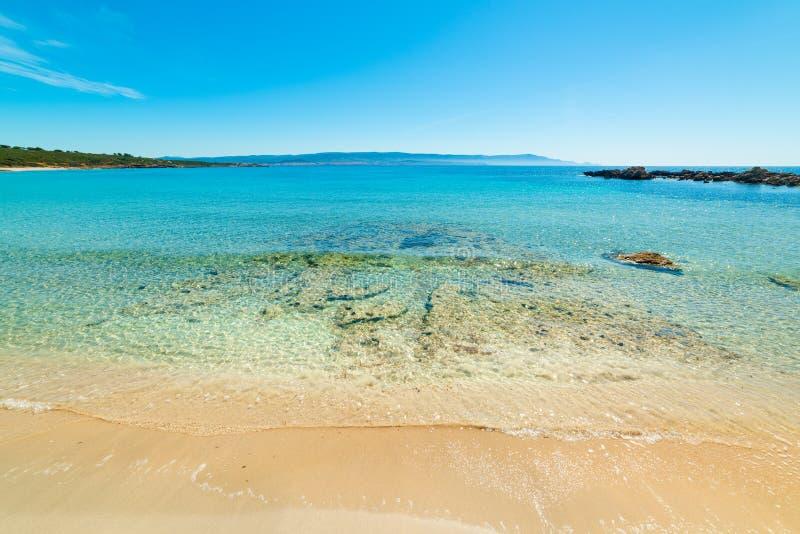 Kristallklares Wasser an der Küste von Alghero stockfotos