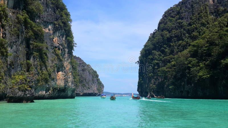 Kristallklart grönt turkosvatten, tropiska öar och turist/longtailfartyg på Krabi, Andaman hav, Thailand royaltyfria foton