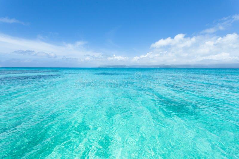 Kristallklart tropiskt hav av tropiska Japan, Okinawa arkivfoton