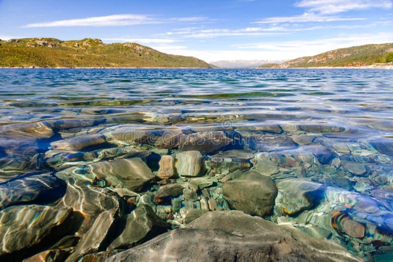 Kristallklart vatten av sjön Mosvatn Telemark Norge arkivfoto