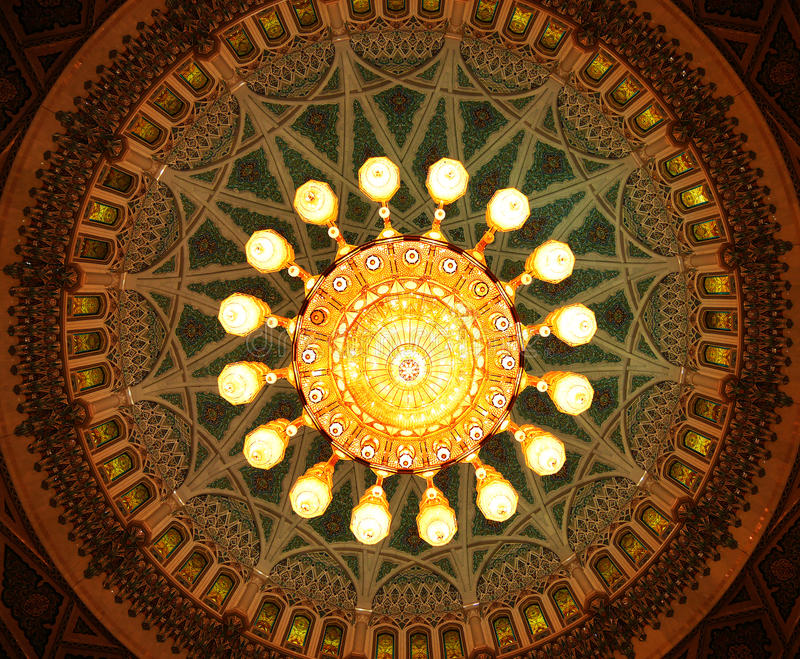 Kristallkrona inom Sultan Qaboos Grand Mosque, Muscat, Oman royaltyfri bild