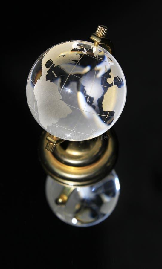 Kristallkugel auf schwarzem Hintergrund lizenzfreie stockbilder