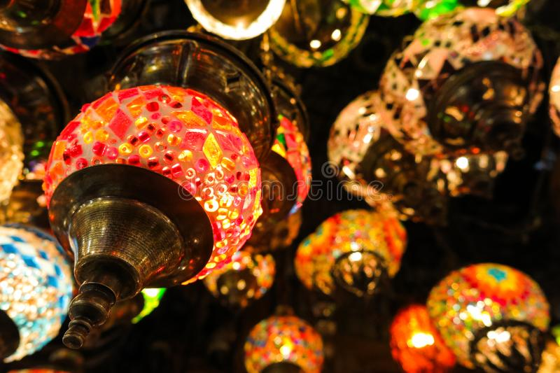 Kristalllampen für Verkauf auf dem großartigen Basar in Istanbul lizenzfreies stockfoto