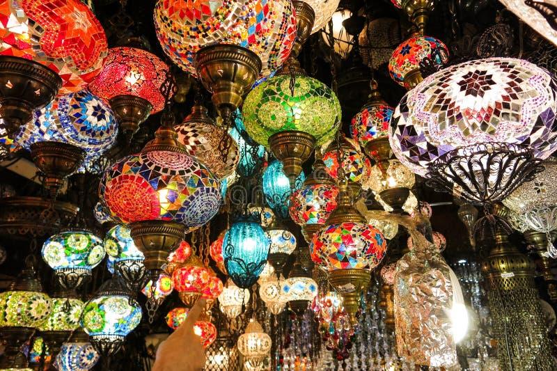 Kristalllampen für Verkauf auf dem großartigen Basar in Istanbul stockbilder