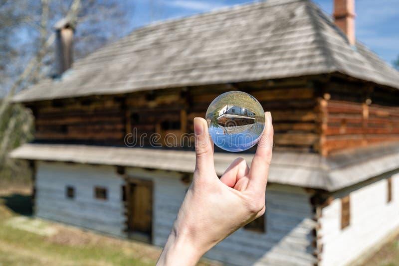 Kristalllensball och lantliga stugor i musem av den slovakiska byn royaltyfri fotografi