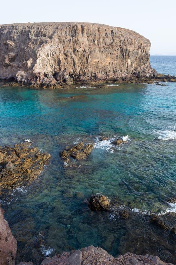 Kristallvatten som förbluffar sikt av den Playa Papagayo stranden, Lanzarote, kanariefågelöar, Spanien royaltyfria foton
