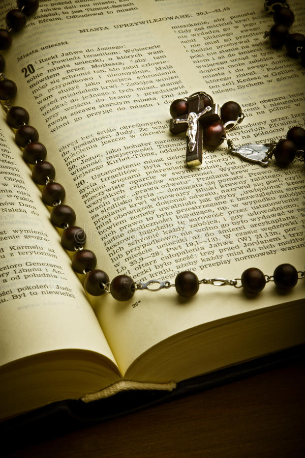 Kristen helig bibel med koret arkivfoton