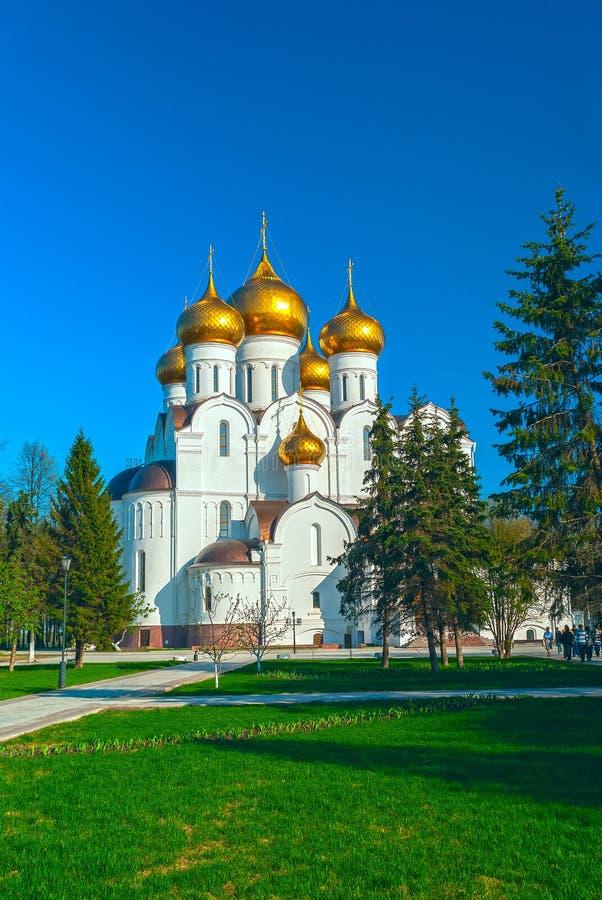 Kristen kyrka för forntida ortodox med guld- kupoler royaltyfri fotografi
