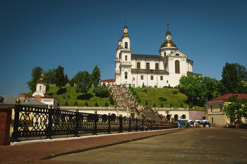 Kristen kyrka med guld- kupoler royaltyfri bild