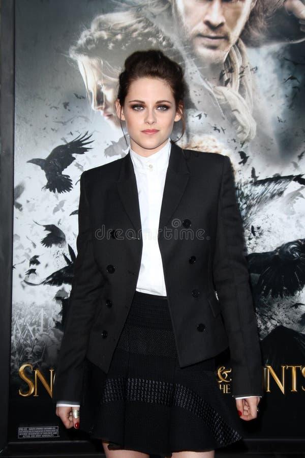 Kristen Stewart chega ?neve na seleção branca e do Huntsman? de Los Angeles fotografia de stock