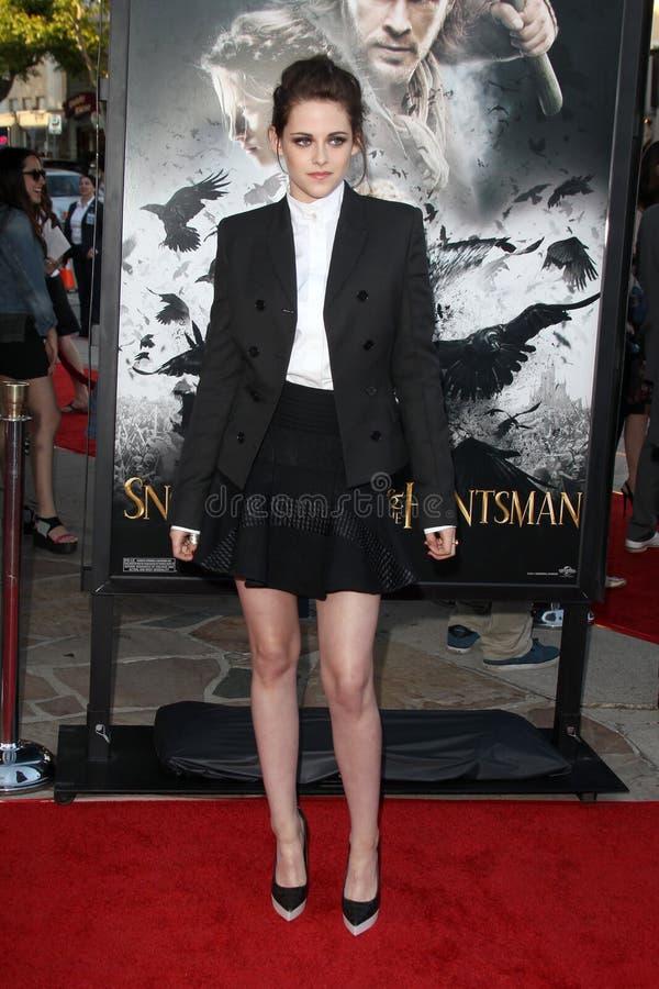 Kristen Stewart chega ?neve na seleção branca e do Huntsman? de Los Angeles foto de stock royalty free