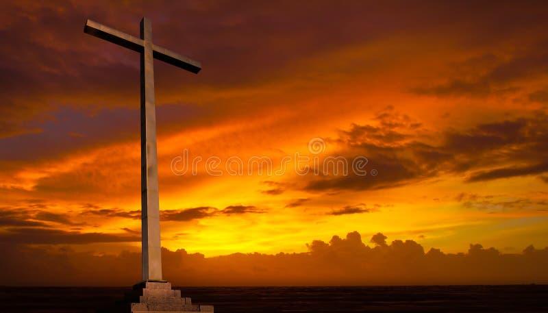 Kristenkors på solnedgånghimmel. Religionbegrepp. royaltyfri bild