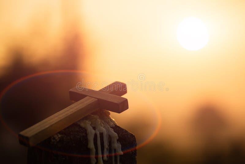 Kristet träkors på en bakgrund med dramatisk belysning, Jesus Christ kors, påsk, uppståndelsebegrepp Kristendomen royaltyfri foto