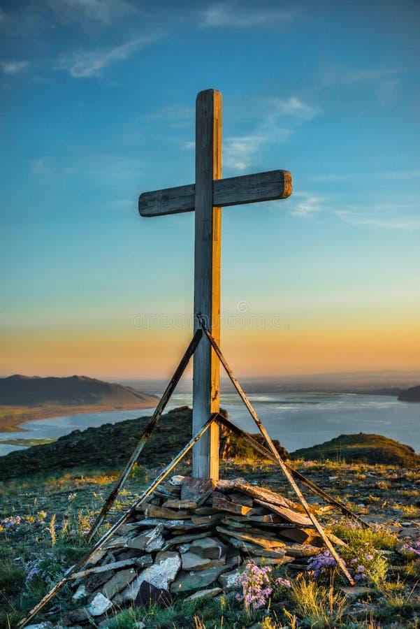 Kristet träkors på kullen arkivfoto