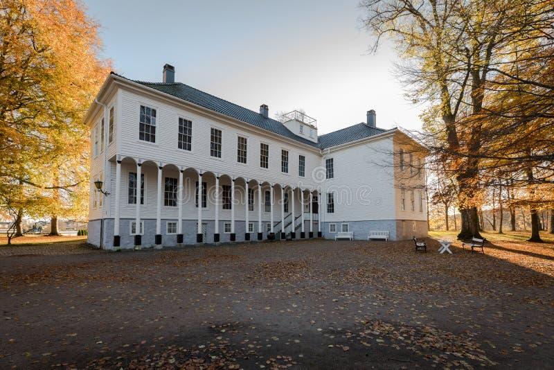 Kristiansand, Noruega - 22 de octubre de 2017: Exterior de la casa señorial vieja Gimle Gaard, parte del museo del chaleco-Agder, imágenes de archivo libres de regalías