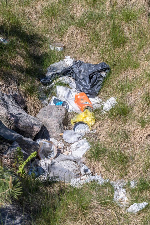 Kristiansand, Norvegia - maggio 2019: Mucchio di immondizia su erba verde nella natura immagine stock libera da diritti