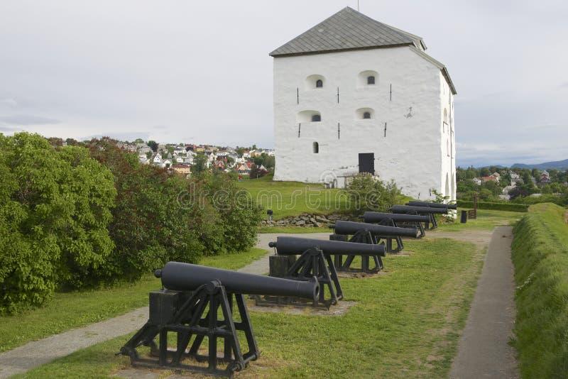 Kristiansten堡垒城堡的主楼和大炮外部在特隆赫姆,挪威 免版税图库摄影