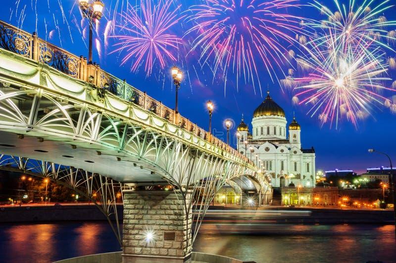 Kristus den frälsaredomkyrkan och Patriarshyen överbryggar i Moskva, Ryssland härlig nattsikt royaltyfri fotografi