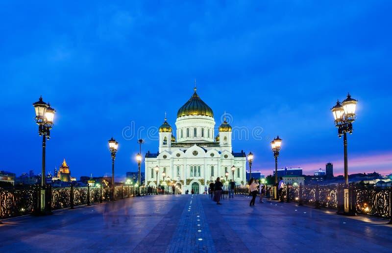 Kristus den frälsaredomkyrkan och Patriarshyen överbryggar - nattsikten, Moskva, Ryssland fotografering för bildbyråer