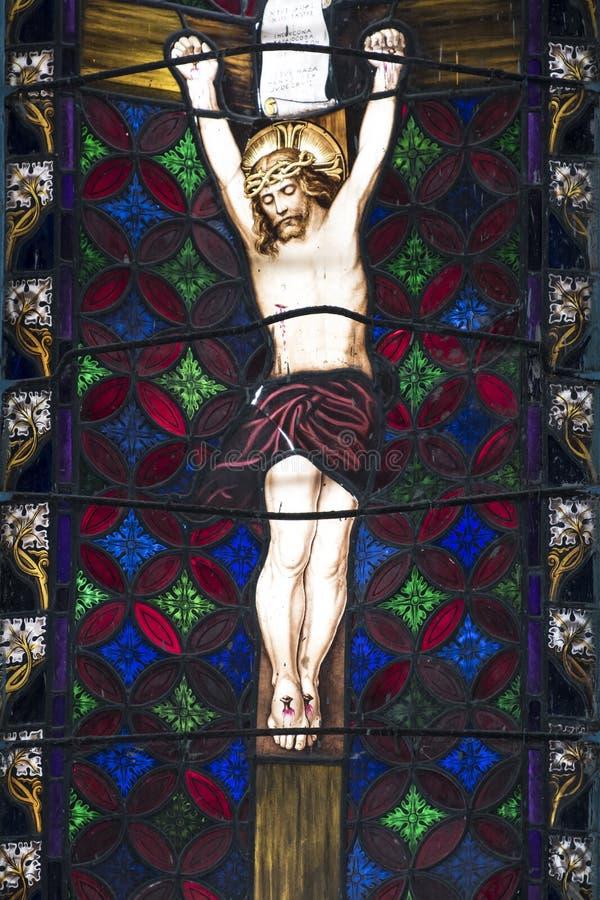 Kristus för visning för målat glassfönster på kors royaltyfri bild