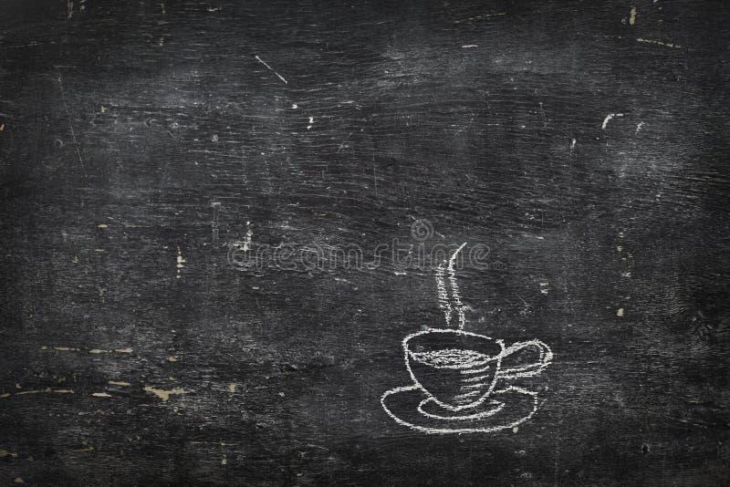 Krita på svart bräde: kopp te av kaffe royaltyfri fotografi
