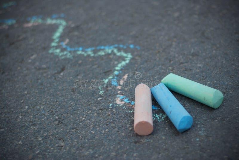 Krita på texturerad asfalt Färgrika attraktionlinjer Barndom och barnuppfostran Utbildning royaltyfri bild