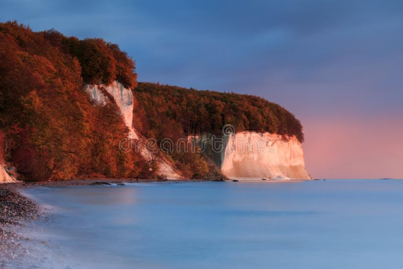 Kritaklippor på det baltiska havet i hösten för soluppgång arkivfoto