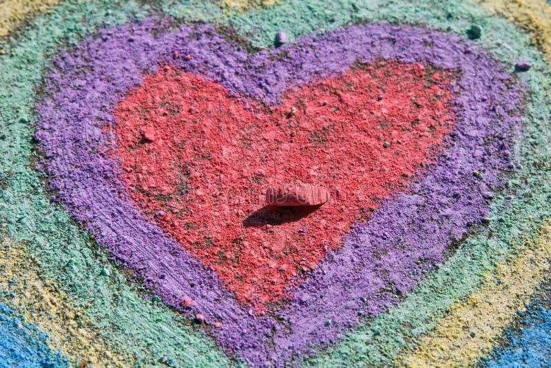 Kritateckning: färgrika hjärtor på asfalt arkivfoton
