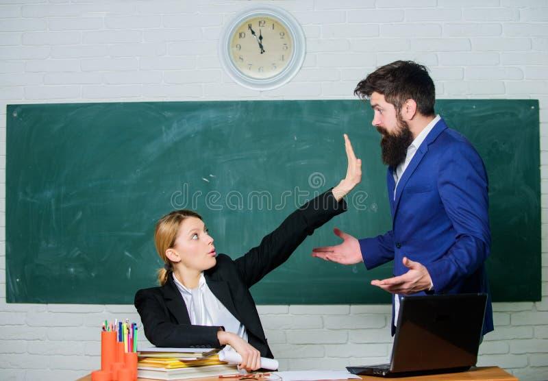 Kritiek en bezwaarconcept De leraar wil de mens zwijgen Gelieve te zwijgen Vermoeid van klachten Onverschillig ongeveer stock fotografie
