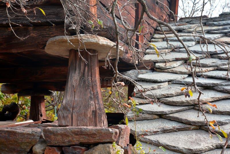 Kritisera stentaket och träpelaren, traditionell alpin arkitektur royaltyfri foto