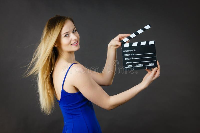 Kritiserar den h?llande yrkesm?ssiga filmen f?r kvinnan royaltyfri foto