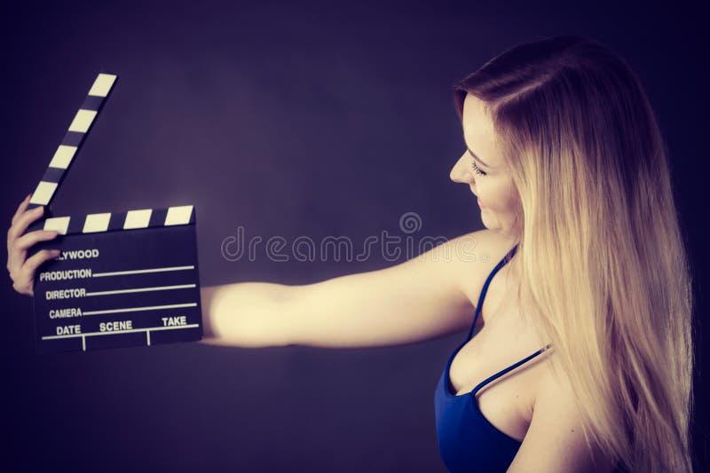 Kritiserar den h?llande yrkesm?ssiga filmen f?r kvinnan arkivbild