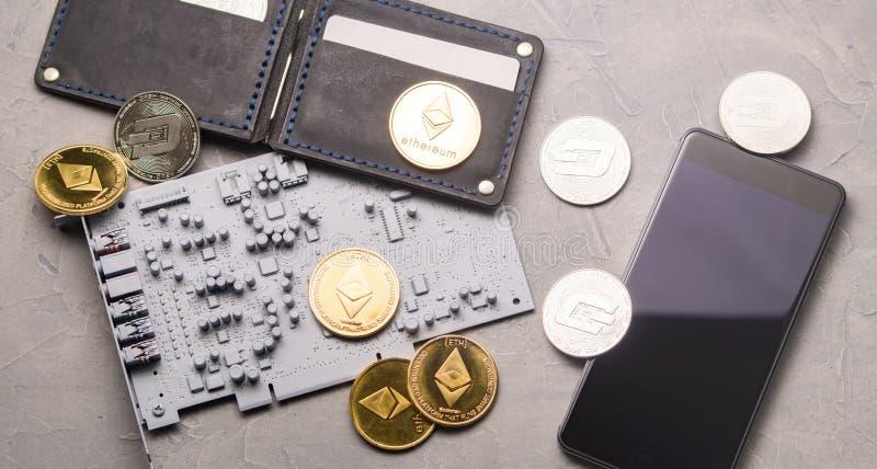 Kritiska anmärkningar och återgivningar av eter: en läderhandväska, en smartphone, ett bräde för utskrivaven strömkrets och guldp arkivfoton