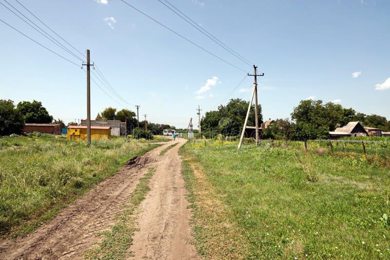 Krivoy, Ουκρανία, Ιούνιος, 22.2019 Γυναίκες σε αγροτικό δρόμο και σιτάρι στοκ φωτογραφίες με δικαίωμα ελεύθερης χρήσης