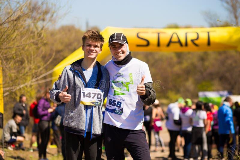 Krivoy Rog, Ουκρανία - 21 Απριλίου 2019: Ομάδα νέων αθλητών στη θέση έναρξης Κατάλληλοι νέοι που προετοιμάζονται για το μαραθώνιο στοκ φωτογραφίες