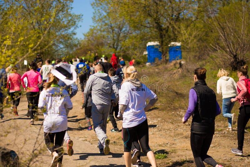 Krivoy Rog, Ουκρανία - 21 Απριλίου 2019: Τρέχοντας άνθρωποι φυλών μαραθωνίου που ανταγωνίζονται στην ικανότητα και τον υγιή ενεργ στοκ φωτογραφίες