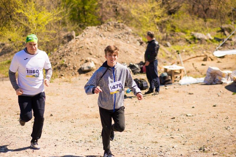 Krivoy Rog, Ουκρανία - 21 Απριλίου 2019: Τρέχοντας άνθρωποι φυλών μαραθωνίου που ανταγωνίζονται στην ικανότητα και τον υγιή ενεργ στοκ εικόνα