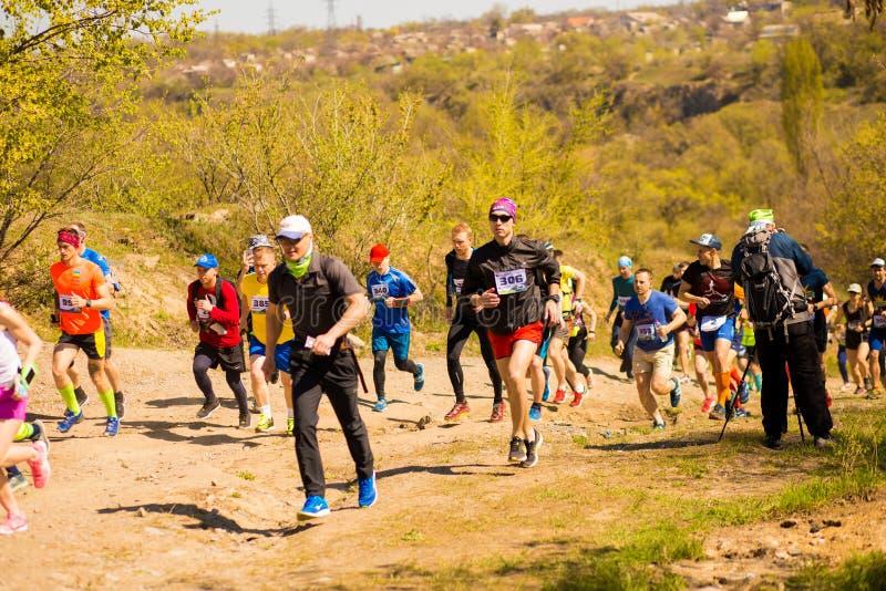 Krivoy Rog, Украина - 21-ое апреля 2019: Люди гонки марафона идущие состязаясь в фитнесе и здоровом образе жизни стоковые фото
