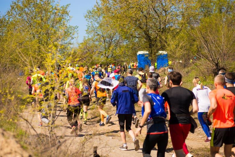 Krivoy Rog, Украина - 21-ое апреля 2019: Люди гонки марафона идущие состязаясь в фитнесе и здоровом активном образе жизни стоковое фото