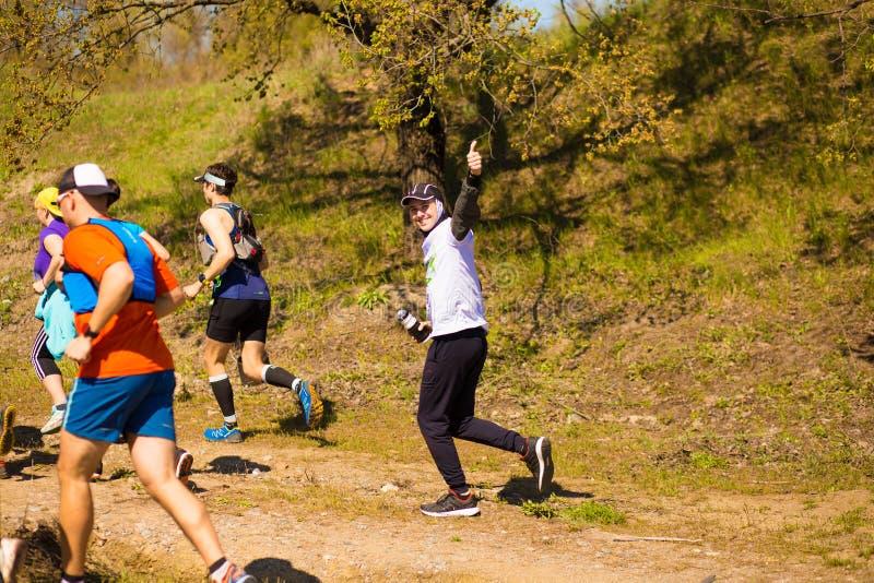 Krivoy Rog, Украина - 21-ое апреля 2019: Люди гонки марафона идущие состязаясь в фитнесе и здоровом активном образе жизни стоковые фото