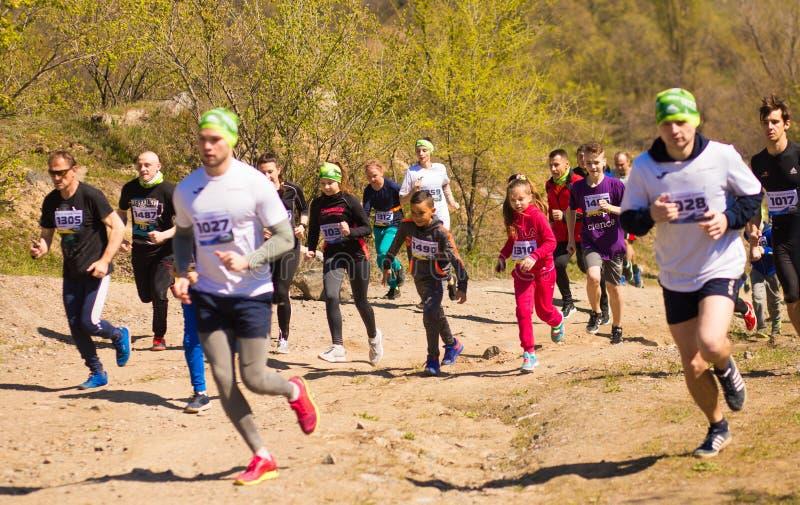Krivoy Rog, Украина - 21-ое апреля 2019: Люди гонки марафона идущие состязаясь в фитнесе и здоровом активном образе жизни стоковые изображения