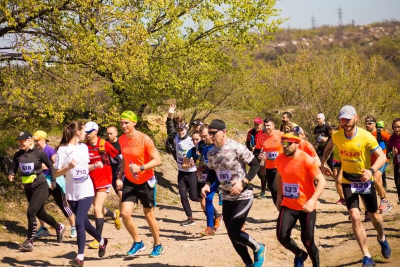 Krivoy Rog, Украина - 21-ое апреля 2019: Люди гонки марафона идущие состязаясь в фитнесе и здоровом активном образе жизни стоковые фотографии rf
