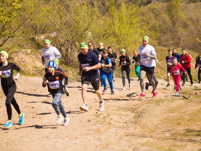 Krivoy Rog, Украина - 21-ое апреля 2019: Люди гонки марафона идущие состязаясь в фитнесе и здоровом активном образе жизни стоковое изображение rf