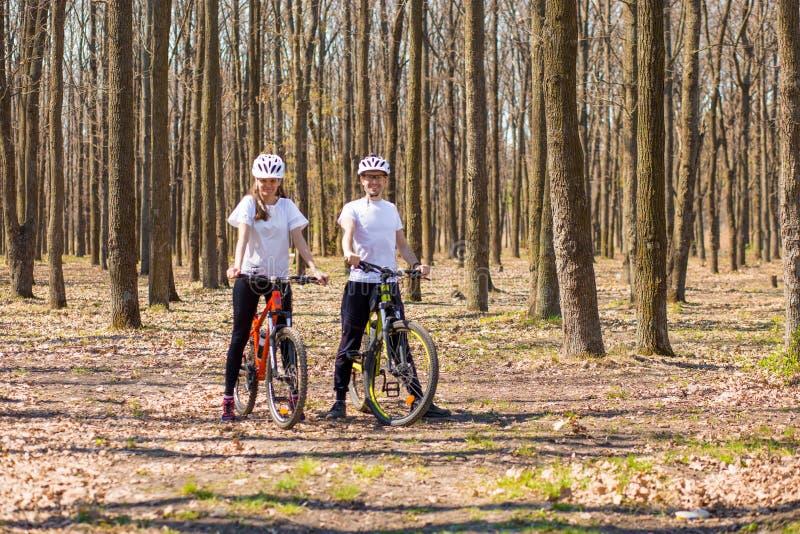 Krivoy Rog, de Oekra?ne - April 9, 2019: Gelukkige paar berijdende fietsen buiten, het gezonde concept van de levensstijlpret oef royalty-vrije stock afbeeldingen