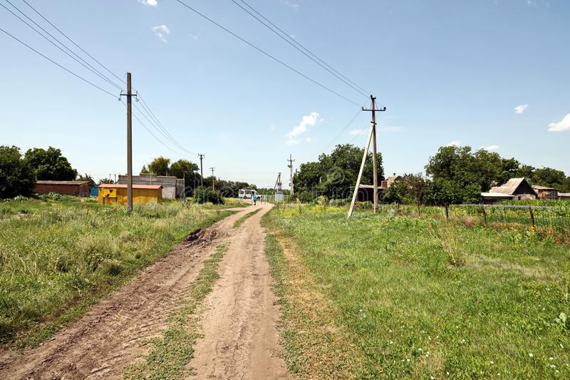 Krivoy Rog, Ucrânia, junho de 22.2019 Mulheres caminhando pela estrada rural e pelo campo de trigo fotos de stock royalty free